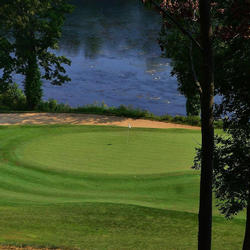 golf hole between trees on pete dye river course